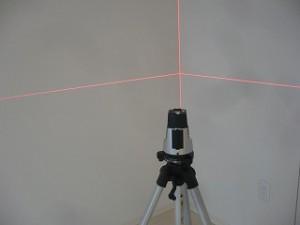 レーザーレベル-マンションの傾斜を測る機械